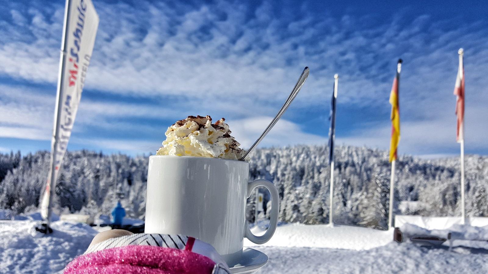 """Co pić zimą w Alpach?  5 najpopularniejszych gorących napojów """"z prądem"""""""